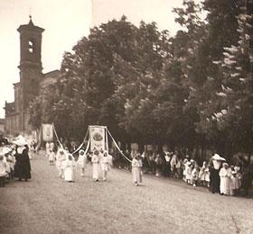 La processione del 6 maggio in via Cavour con l´apertura dei bambini di Sommariva del Bosco