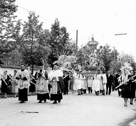 La processione del 6 maggio (negli anni cinquanta) in via Cavour a Sommariva del Bosco in provincia di Cuneo